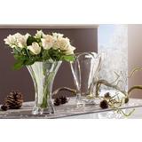 Vaza s bijelim ružama