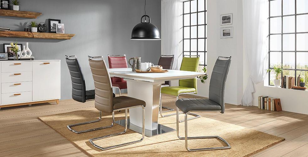 Trendiges Esszimmer, bunte Stühle, bei XXXLutz.
