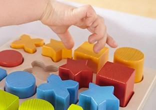 Holzspielzeug als Lernspiel.