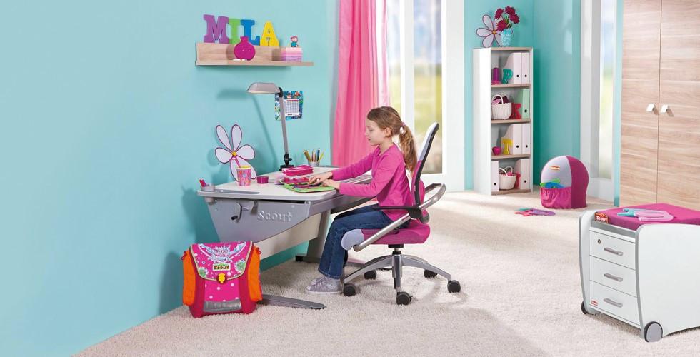 Bei XXXLutz gibt es für die Lernecke Ihres Kindes den passenden Schreibtisch und Drehstuhl.