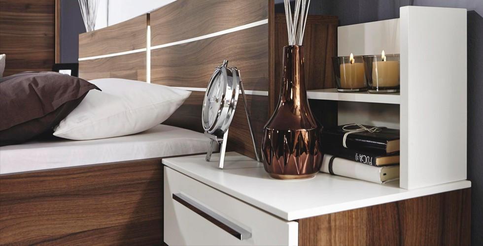 V XXXLutz najdete perfektní noční stolek včetně dekorace.