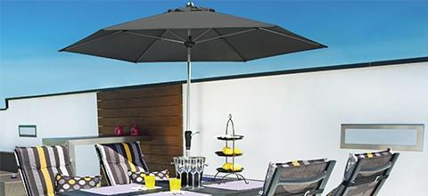 Ochrana proti slunci v podobě slunečníku různé barvy a tvary XXXLutz.