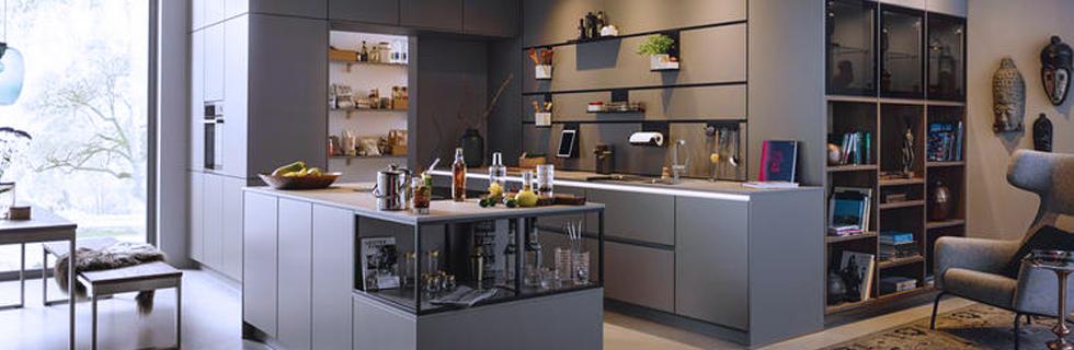 Moderna kuhinja z otokom v sivi barvi