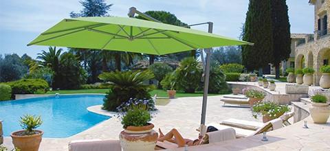 Ochrana proti slunci v podobě slunečníku s boční nohou různé barvy a tvary XXXLutz.