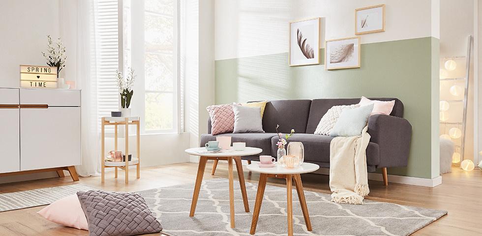 Wohnzimmer im Scandi Stil mit pastellfarbener Dekoration