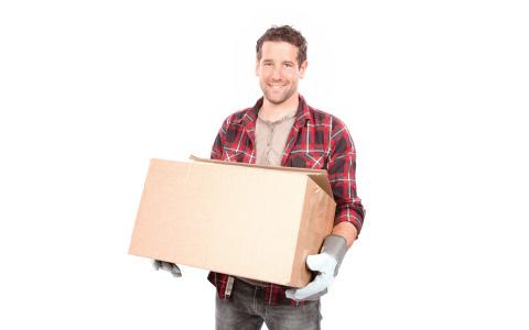 Mann trägt Karton