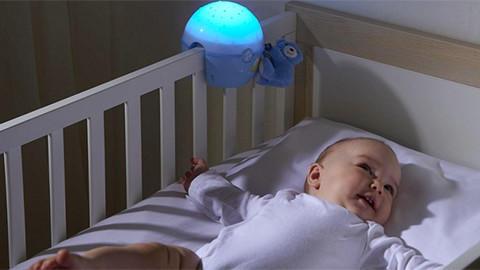 Babymatratze im Babybett mit Baby liegend
