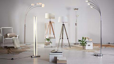 Stehlampen aus Stoff, Holz und Metall in weiß und silber