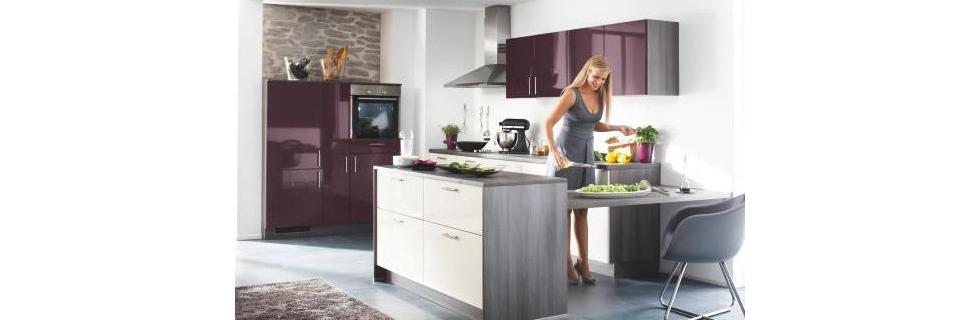 Moderna kuhinja z odtenki vijolične barve
