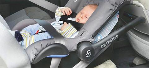 Babyschale im Auto fixiert mit Gurt