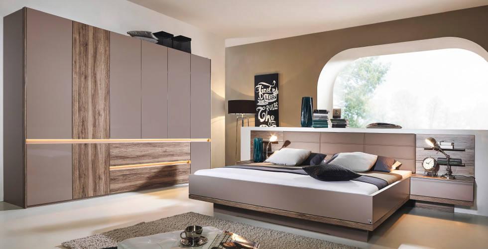 Spavaća soba u taupe nijanski s dekorom drva