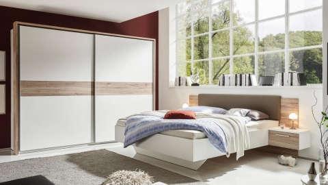 bijela spavaća soba s drvenim elementima