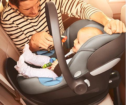 Baby in Babyschale im Auto