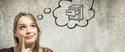 Frau denkt nach Denkblase mit Möbelstück
