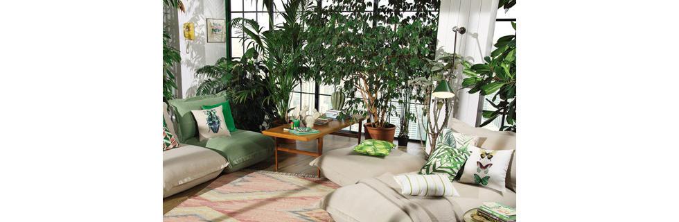 Boemsko opremljen dnevni prostor z veliko zelenja