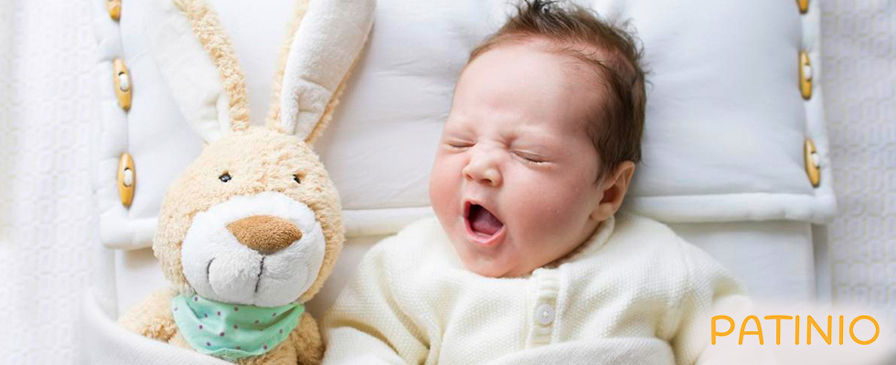 Gähnendes Baby und Teddy von PATINIO