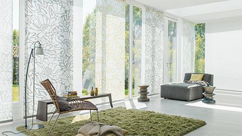 Flächenvorhänge-helle-Raum-Muster-Grau-Grün-Weiß.