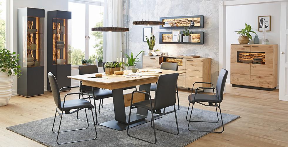 Esszimmer mit Möbel aus Holz