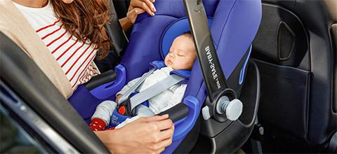 Babyschale im Auto fixiert mit ISOFIX