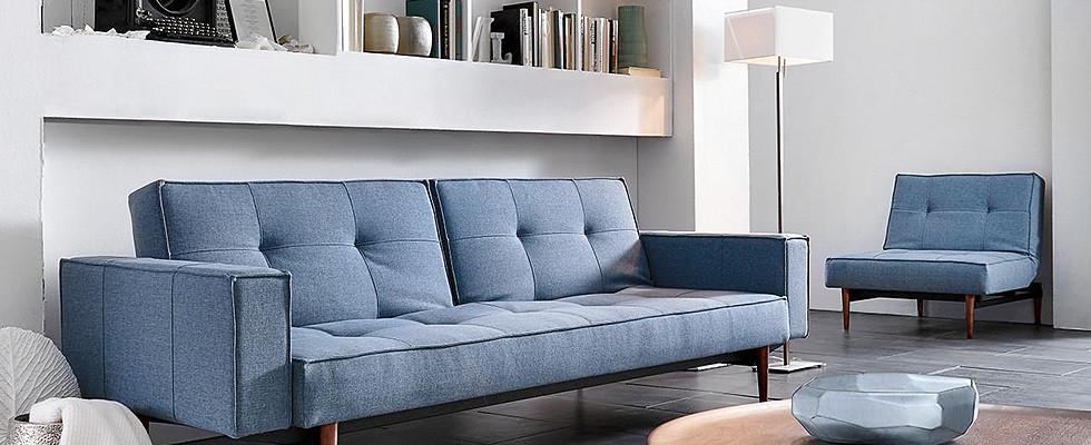 gauč a křeslo v modré