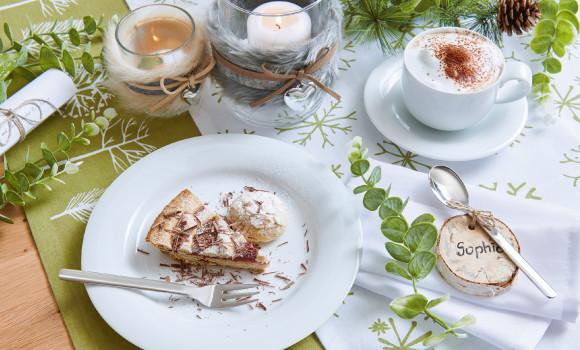 weißes Kaffeeservice mit Kuchen und Kaffee