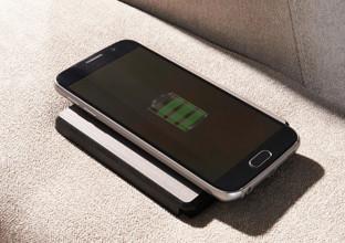 Sedačky od XXXLutz nabízejí praktickou nabíječku na mobil.