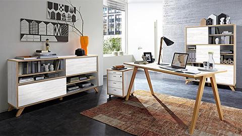 Büro mit Bücherregalen weiß