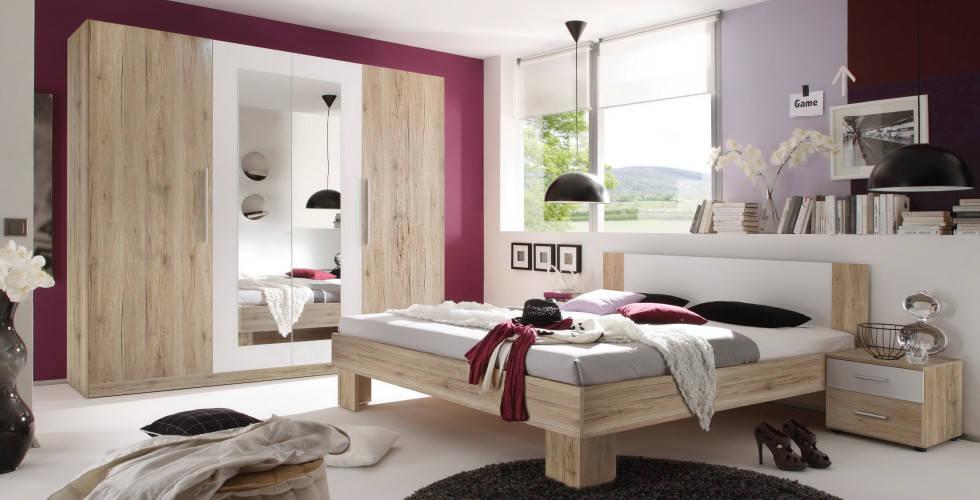 Soba boje drveta s ogledalom na ormaru