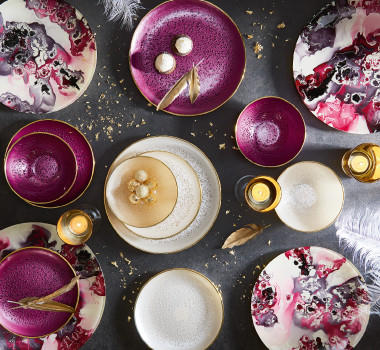 Geschirr in beerigen Farben