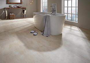 Koupelna s vinylovou podlahou ve vzhledu kamene