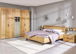 Nábytek do ložnice ze smrkového dřeva.