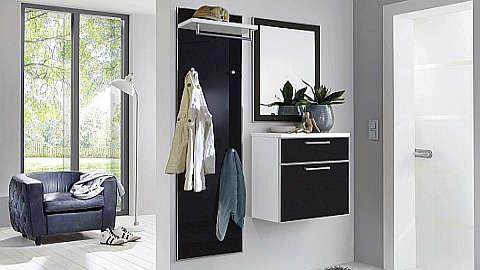 Crno bijelo garderobno predsoblje s panelom