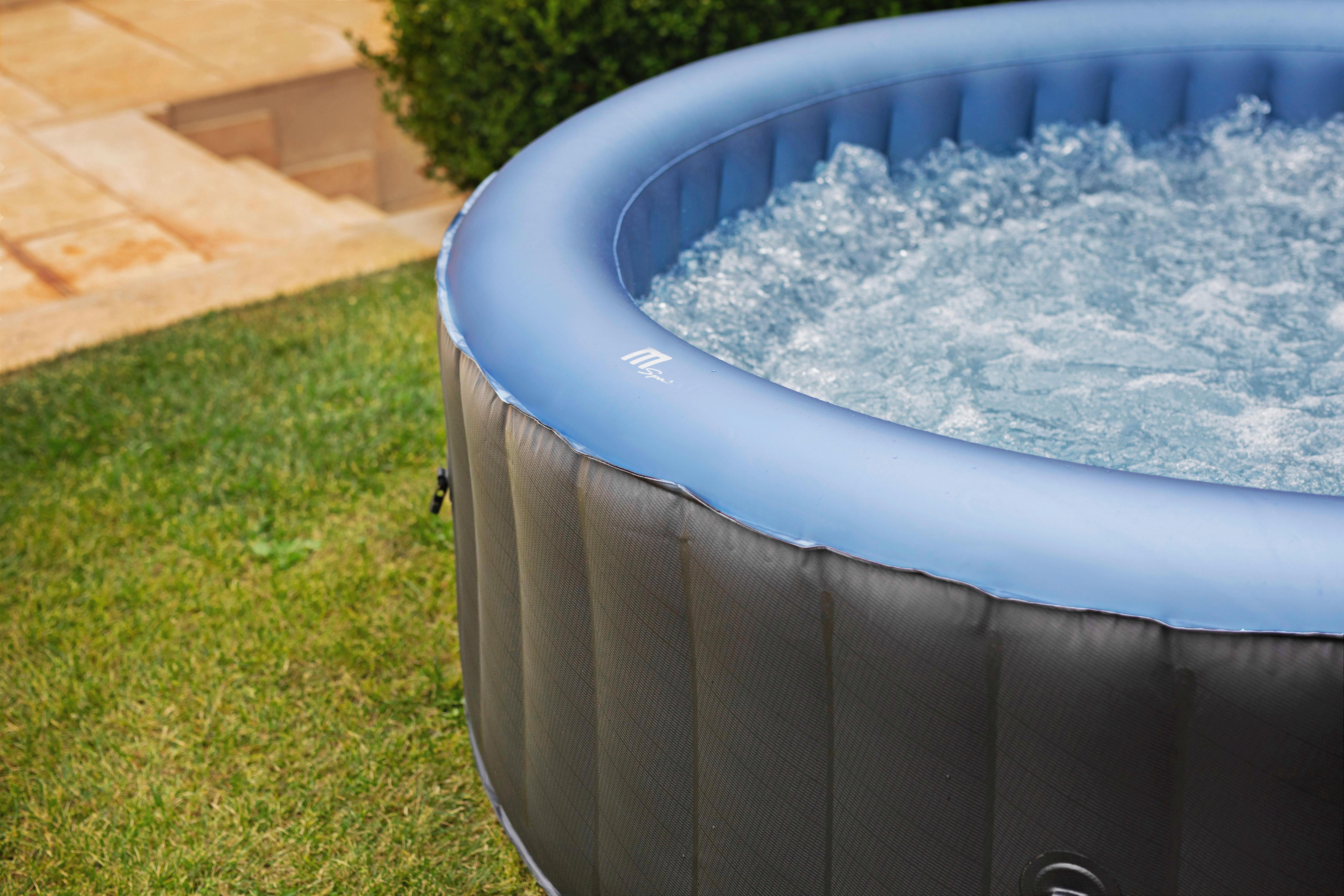 Nach dem Aufblasen: Wasser in den Whirlpool füllen und loslegen